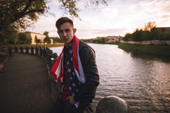 Indivíduo com a bandeira americana no por do sol Fotos de Stock