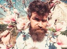 Indivíduo com a careta na cara devido ao sol brilhante Conceito do dia ensolarado Homem com barba e bigode, moderno que levanta p fotografia de stock royalty free