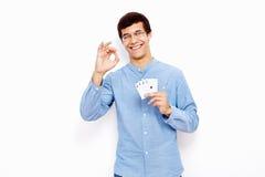 Indivíduo com cartões e sinal aprovado Foto de Stock