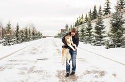 Indivíduo com do cão do inverno divertimento fora Fotografia de Stock