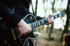 Indivíduo com jogos de um virtuoso da guitarra foto de stock