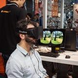 Indivíduo com os auriculares da realidade virtual na semana 2013 dos jogos em Milão, Itália Foto de Stock Royalty Free