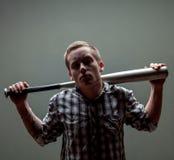 Indivíduo com um bastão de beisebol Imagens de Stock Royalty Free