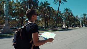 Indivíduo com um mapa em um parque filme