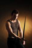 Indivíduo com uma espada Fotos de Stock Royalty Free
