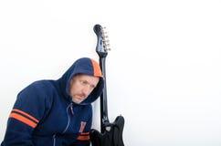 Indivíduo com uma guitarra Imagem de Stock