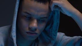 Indivíduo comprimido que escuta os pais que discutem, separação da família, depressão video estoque
