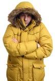 Indivíduo congelado que veste um revestimento amarelo do inverno Fotografia de Stock