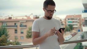 Indivíduo considerável com smartphone para fora filme