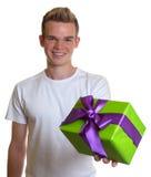 Indivíduo considerável com um presente do Natal Fotos de Stock