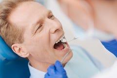 Indivíduo considerável envelhecido meio que tem seus dentes verificados fotos de stock