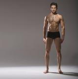 Indivíduo considerável muscular na pose calma imagem de stock