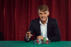 Indivíduo considerável novo com microplaquetas de pôquer Fotografia de Stock Royalty Free