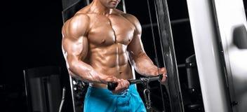 Indivíduo considerável novo que faz exercícios no gym imagens de stock