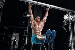 Indivíduo considerável novo que faz exercícios no gym fotos de stock royalty free