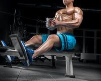 Indivíduo considerável novo que faz exercícios no gym imagem de stock royalty free