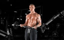 Indivíduo considerável novo que faz exercícios no gym imagens de stock royalty free