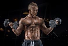 Indivíduo considerável novo que faz exercícios no gym foto de stock royalty free