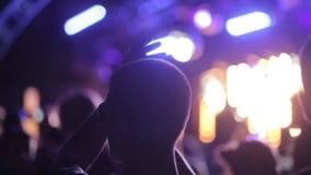 Indivíduo da dança no festival vídeos de arquivo