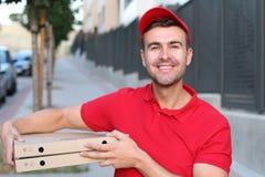Indivíduo da entrega da pizza que sorri fora imagens de stock