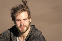 Indivíduo da forma com corte de cabelo à moda Homem farpado com o cabelo louro longo exterior Macho com a barba no sportswear no  fotografia de stock