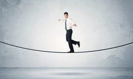 Indivíduo das vendas que equilibra na corda apertada imagem de stock royalty free