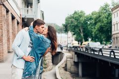 Indivíduo e menina em uma rua da cidade Foto de Stock