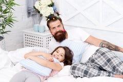 Indivíduo e menina que relaxam no quarto Estilo dos pijamas Tendo o partido de pijamas do divertimento Fatherhood feliz Moderno f fotografia de stock
