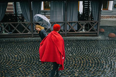 Indivíduo e menina sob um guarda-chuva Fotos de Stock Royalty Free