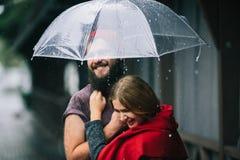 Indivíduo e menina sob um guarda-chuva Fotografia de Stock