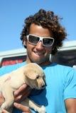 Indivíduo e seu cão fotografia de stock royalty free