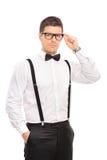 Indivíduo elegante que guarda seus vidros e que olha a câmera Fotografia de Stock Royalty Free