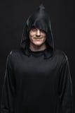 Indivíduo em uma veste preta foto de stock royalty free