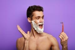 Indivíduo emocional engraçado que fala com um barbeador fotografia de stock royalty free
