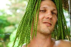 Indivíduo engraçado com folhas de uma árvore Natureza e homem imagens de stock royalty free
