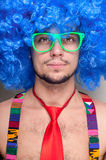Indivíduo engraçado despido com peruca azul e o laço vermelho Imagem de Stock Royalty Free