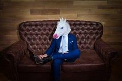 Indivíduo estranho no terno elegante que trabalha no escritório domiciliário fotos de stock royalty free