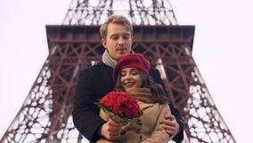 Indivíduo fascinado que vem na data a sua menina bonita com o ramalhete enorme das rosas vídeos de arquivo