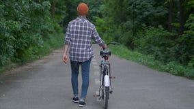 Indivíduo feliz do moderno com parque da bicicleta Vista traseira Movimento lento filme