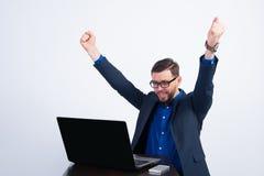 Indivíduo feliz novo em um portátil Fotografia de Stock Royalty Free