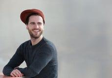 Indivíduo fresco com chapéu que sorri fora imagens de stock royalty free