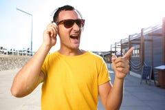 Indivíduo fresco que escuta a música com fones de ouvido fotos de stock