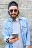 Indivíduo fresco que usa o smartphone fora Fotos de Stock Royalty Free