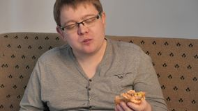 Indivíduo gordo só que come o Hamburger 4k UHD vídeos de arquivo