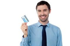 Indivíduo incorporado que mostra seu cartão de crédito imagens de stock