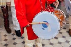 Indivíduo indiano Dhol de rufar e Bandhgala vermelho vestindo do músico do close-up na cerimônia de casamento indiana em Bangueco imagem de stock