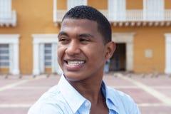 Indivíduo latino em uma cidade colonial que olha ao redor Fotografia de Stock