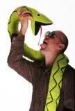 Indivíduo louco com serpente Fotografia de Stock Royalty Free