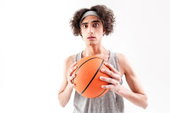 Indivíduo magro assustado que joga o basquetebol fotos de stock royalty free