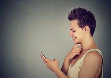 Indivíduo moderno alegre que usa o sorriso esperto do telefone imagens de stock royalty free